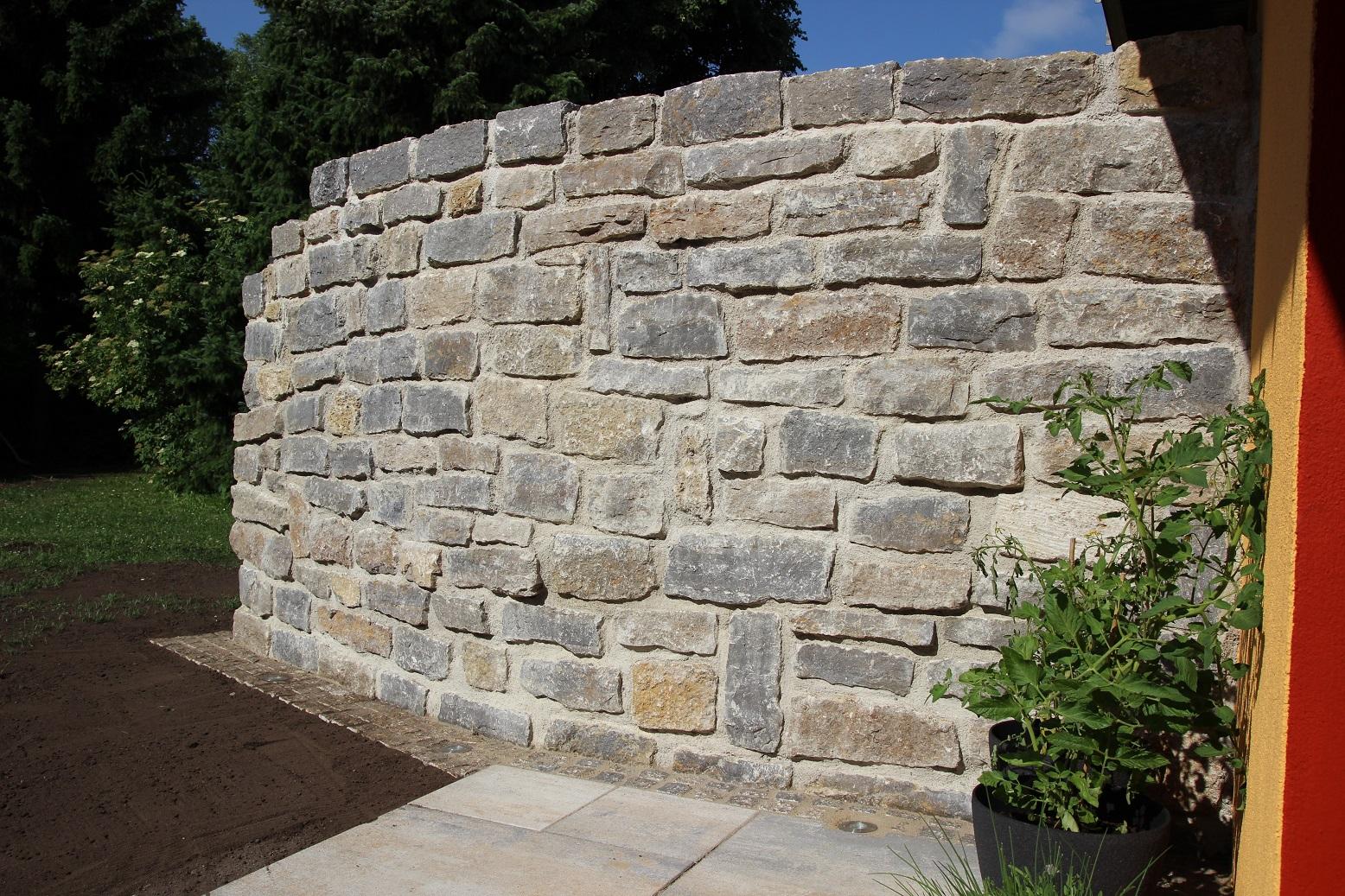 Erstellung Terrasse mit Natursteinmauer und Gartenhaus Fundament