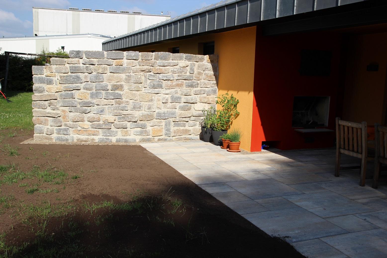 erstellung terrasse mit natursteinmauer und gartenhaus fundament hausgarten tyrolsberg dse. Black Bedroom Furniture Sets. Home Design Ideas